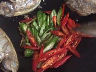 海鱼美味中餐,继续翻炒,炒至青椒红椒变软为止。
