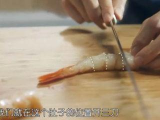 虾骨柔情天妇罗,剔除虾线,用小刀在虾身两侧各划上3刀,这样可以防止油炸过程中虾身蜷缩。