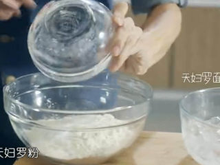 虾骨柔情天妇罗,接下里要制作脆浆,加入200g天妇罗粉、奶油适量、白糖适量,在加入150g凉水或者冰块,脆浆的温度越低,天妇罗越酥脆。