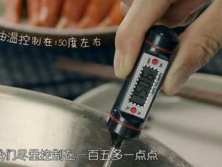 虾骨柔情天妇罗,烧一锅油,油温在5成热,150度左右就可以了。