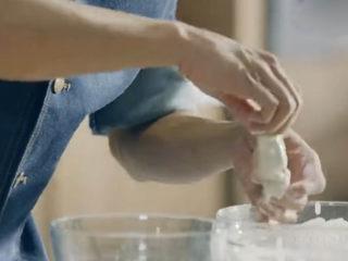 虾骨柔情天妇罗,把虾先粘裹一些面粉,再放入脆浆中裹匀虾身。