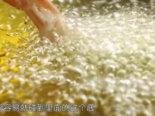 虾骨柔情天妇罗,将裹上脆浆的虾放入油锅中炸至表皮酥脆微黄色即可。