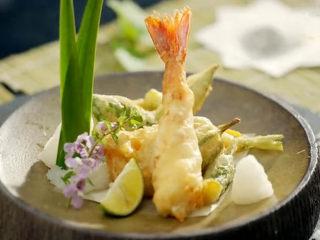 虾骨柔情天妇罗,最后撒上少许盐,摆盘上桌即可。