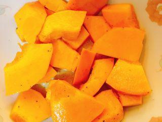 烤南瓜🎃沙拉,南瓜🎃洗干净,取四分之一切块,盐,黑胡椒,橄榄油,拌拌拌,待用。