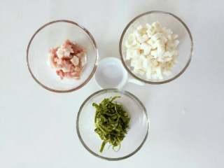 宝宝辅食:青菜芋艿羹—清香滑腻,可拌饭也可以直接喝哦!10M+,准备好所有食材,将猪肉切丁,青菜焯水沥干后切丝,芋头去皮切丁。 》如果宝宝咀嚼能力有限,可以把肉丁搅碎成肉泥。