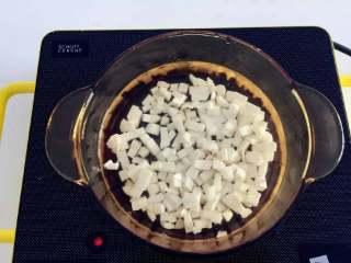 宝宝辅食:青菜芋艿羹—清香滑腻,可拌饭也可以直接喝哦!10M+,将芋头丁放入锅中,倒入冷水,大火煮开转小火,一直煮到软烂,用筷子轻轻一夹就会碎掉。