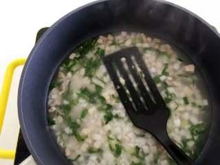 宝宝辅食:青菜芋艿羹—清香滑腻,可拌饭也可以直接喝哦!10M+,煮开,用铲子直接压碎芋艿,搅拌成糊状。 》因为已经很软烂,所以很好压碎,而且芋头本身就比较软烂,不需要压得特别细腻。