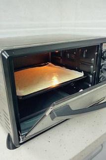 【高粉黑芝麻蓝莓蛋糕卷】,放入预热好的烤箱中烤焙,上下火150度,25分钟。