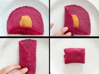 宝宝辅食:红心火龙果班戟,准备一张班戟皮,取一半红薯芝士泥放在饼皮中间,底下折上去,然后两边往里折,最后把上面的折下来,翻面放到盘子中。