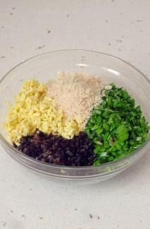 韭菜盒子馅不出水的妙招,全部馅料放入碗中,调拌均匀即可。