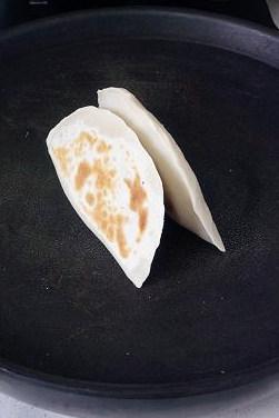 韭菜盒子馅不出水的妙招,若边缘部分较厚,可以立着再烙一会,至韭菜盒子外皮全部微黄即可。