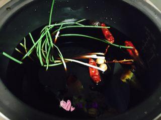 五香鹌鹑蛋,所有材料放电饭煲里,加入适量的水,放进鹌鹑蛋。没有电饭煲什么锅都可以,小火半小时
