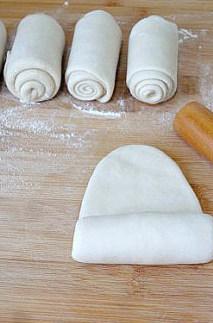 【葱油饼】,给每个小面剂子挨个的两次擀卷。擀开卷起再擀开卷起,做出的葱油饼才劲道好吃。