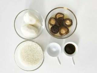 宝宝辅食:芋头香菇炊饭,准备好所有食材。 》小芽用的是干香菇,所以浸泡比较长的时间,不然不易于咀嚼,大家也可以改用新鲜香菇。 》在挑选干香菇时,菇肉厚实,菇面平滑,色泽黄褐或黑褐,好菇面稍带白霜,干燥。香菇中含有一种一般蔬菜缺乏的麦角固醇和菌甾醇,它在日光照射下可转化为维生素D,能促进人体对钙的吸收。