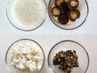 宝宝辅食:芋头香菇炊饭,大米和干香菇,提前30分钟-1个小时浸泡,将浸泡后的干香菇切丁,芋头也切丁,大米控干水份备用。 》干香菇一定要泡发好,建议多泡一段时间,不然不易于咀嚼。 》泡香菇的水可以倒掉也可以留着等会加入米饭中煮。