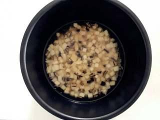 宝宝辅食:芋头香菇炊饭,把步骤5中炒好的大米混合物放入电饭锅,倒入300g水(大米:水=1:3),并且翻拌均匀,按下电饭锅煮饭模式就可以了。 》如果要加入浸泡香菇的水,需对应减少加入的清水。