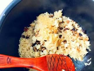 宝宝辅食:芋头香菇炊饭,用饭勺翻拌均匀就可以吃啦,惊喜的出现锅巴,很开森。 》煮好后,芋头随便搅一搅就会碎掉,黏液包裹住米饭非常好吃。