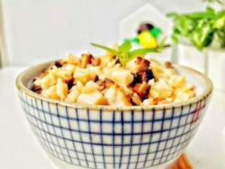 宝宝辅食:芋头香菇炊饭,给宝宝享用吧。