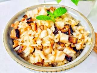 宝宝辅食:芋头香菇炊饭,建议大家一定要增加食材量,至少在我的基础上增加1倍,因为宝宝一碗不过瘾,大人应该也会抢着吃。