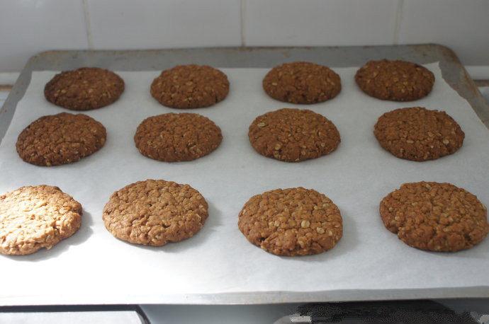 澳洲最具爱国主义的饼干——澳新军团饼干 ,取出烤盘,饼干彻底放凉后保存在密封盒子里。战争时期的粮食,可以保存很久哦。