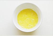 鲅鱼跳丈人笑【鲅鱼三吃】,鸡蛋充分打散,鱼肉用厨房纸吸掉表面水分;