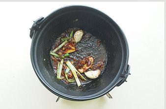 鲅鱼跳丈人笑【鲅鱼三吃】,铁锅烧热加少许油,爆香葱姜蒜,转小火加入黄豆酱、白酒、糖;