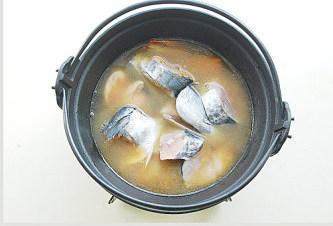 鲅鱼跳丈人笑【鲅鱼三吃】,放入鲅鱼块,加入水与鱼平齐;