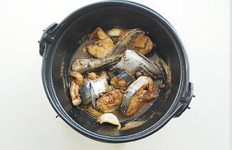 鲅鱼跳丈人笑【鲅鱼三吃】,大火烧开转中小火炖10分钟后盖盖子,继续炖大约10分钟,鱼肉熟后转大火将汤汁收浓稠即可。