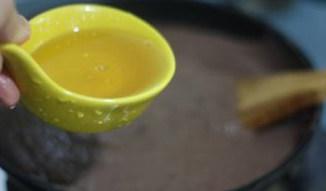 【蛋黄酥】,【蛋黄酥馅料做法】:咸蛋黄我用新鲜的咸鸭蛋,一个个敲出咸蛋黄,咸蛋黄用白酒浸泡10分钟