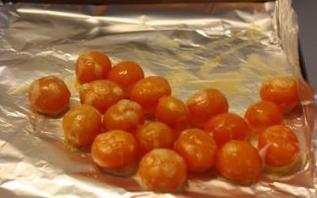 【蛋黄酥】,松弛好的油酥面团和油皮面团各分成18份,用保鲜膜覆盖好,松弛20分钟