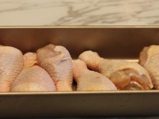 【蒜香番茄烤鸡腿】,准备食材:鸡腿用的是超市购买的新鲜鸡腿,鸡腿洗净用纸吸水表面水分