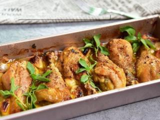 【蒜香番茄烤鸡腿】,烘烤好后把烤干的罗勒拿走,可以加撒些新鲜的罗勒再上桌