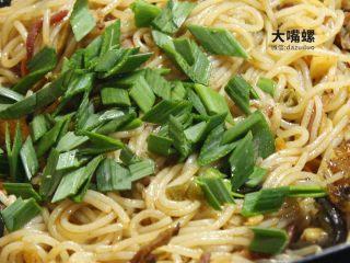干炒好欢螺螺蛳粉丨大嘴螺,最后放入蒜叶均匀翻炒后即可出锅