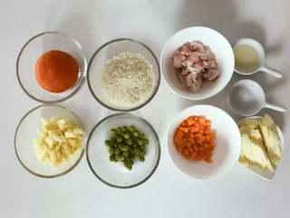 宝宝辅食:一只番茄饭(改良版),准备好所有食材,五花肉切薄片,胡萝卜、土豆切细丁。 》建议将大米提前30分钟-1个小时浸泡。
