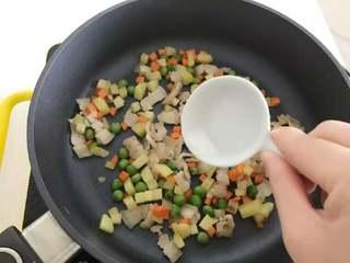 宝宝辅食:一只番茄饭(改良版),加少许盐调味。
