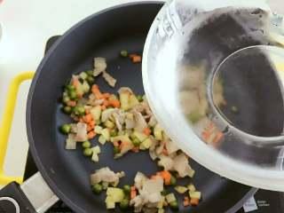 宝宝辅食:一只番茄饭(改良版),倒入280g水,加盖煮至水开。