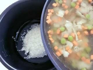 宝宝辅食:一只番茄饭(改良版),把浸泡好的大米放入电饭锅,倒入步骤6的所有食材和汤料,并且翻拌均匀。