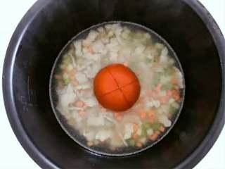 宝宝辅食:一只番茄饭(改良版),将番茄去蒂,顶部划十字,放入食材中间,按下电饭锅煮饭模式就可以了。