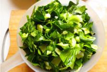 懒人的福音~~~腊肠焖饭 ,小青菜泽洗干净切碎备用,腊肠切小块备用。