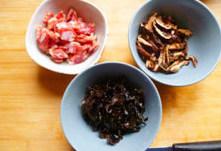 懒人的福音~~~腊肠焖饭 ,香菇泡,黑木耳泡发后洗净切丝备用。
