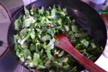 懒人的福音~~~腊肠焖饭 ,炒锅内放适量油(平时炒一个菜的量),开火,至开始冒青烟,先放入黑木耳丝和香菇丝煸炒一小会。