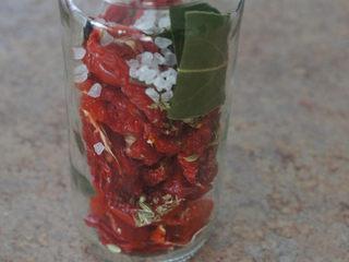 手工的有机美味封存——《日晒番茄 & 橄榄油浸日晒番茄》,准备一个干净并经高温消毒的瓶子。将日晒番茄,盐和各种香料塞入瓶子里。