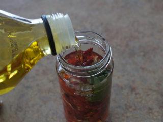 手工的有机美味封存——《日晒番茄 & 橄榄油浸日晒番茄》,往瓶子里倒入足够的橄榄油,没过番茄即可。盖上盖子保存。