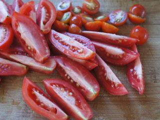 手工的有机美味封存——《日晒番茄 & 橄榄油浸日晒番茄》,用锋利的刀将番茄切半(小番茄就切半,大番茄,可以切成4等分。