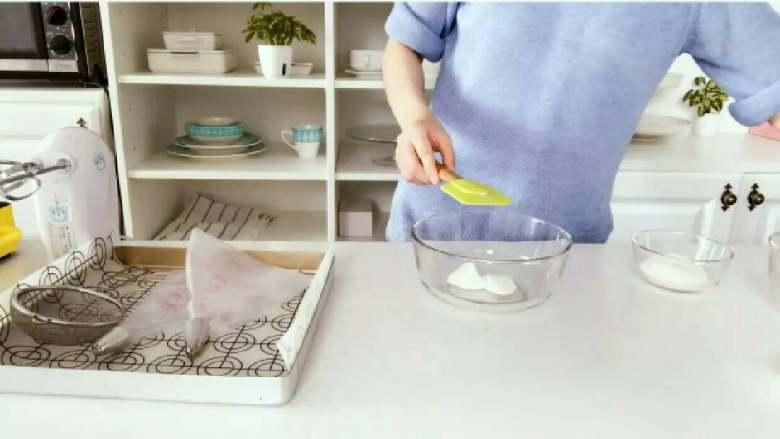 酸奶溶豆—婴幼儿配方奶粉和酸奶的组合,宝宝真爱哦!10M+ ,准备一个大碗,放入酸奶! 》一定要选用很厚很浓稠的婴幼儿酸奶,如果用别的酸奶,也要选择很浓稠的,不要用很稀的液体酸奶。 》给宝宝喝的酸奶,建议全部选用原味不加糖的。