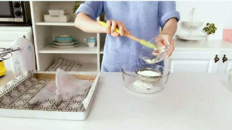 酸奶溶豆—婴幼儿配方奶粉和酸奶的组合,宝宝真爱哦!10M+ ,筛入<a style='color:red;display:inline-block;' href='/shicai/ 512'>玉米淀粉</a>和配方奶粉,一定要过筛哈,不然容易结块。 》奶粉要用无糖的配方奶粉。 》小芽尝试了几次,发现不一样的淀粉,对最终成品也会有影响,大家可以多试几种淀粉。