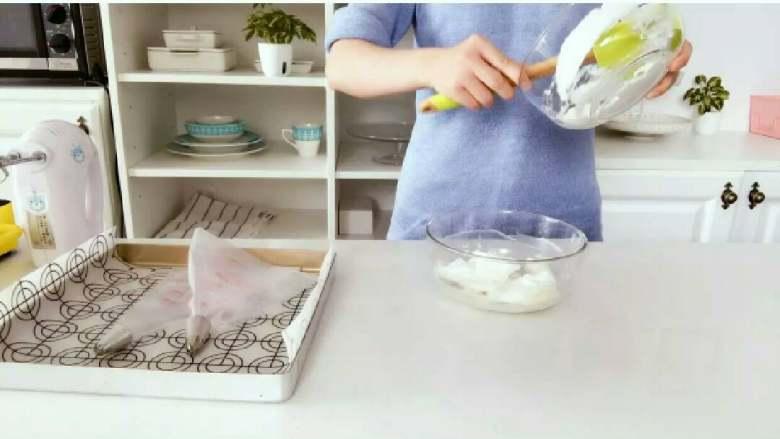 酸奶溶豆—婴幼儿配方奶粉和酸奶的组合,宝宝真爱哦!10M+ ,倒入一部分蛋白霜到酸奶糊中,快速翻拌均匀。 》翻拌手法见视频,视频中的翻拌方式是最快的混合方式,如果操作到位,差不多10多下就可以混合均匀了。