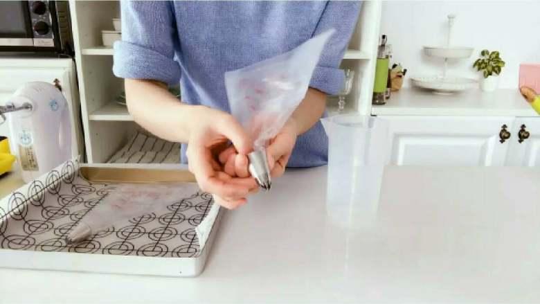 酸奶溶豆—婴幼儿配方奶粉和酸奶的组合,宝宝真爱哦!10M+ ,准备一个裱花嘴,套入裱花袋中,然后把裱花袋套在一个大杯子上。 》装好裱花嘴,可以用手指把裱花袋往裱花嘴里塞进去一点,这样可防止等会倒入酸奶糊的时候不小心流出来。 》裱花嘴可用有花型的(建议用六齿、樱花嘴等),也可以用圆嘴的,如果没有裱花嘴,直接把裱花袋剪个口子就可以了。 》裱花嘴不建议用很大的,小小的就好,这样小宝贝拿起来,吃起来都比较方便。