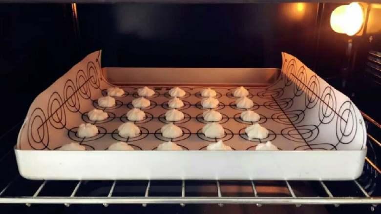 酸奶溶豆—婴幼儿配方奶粉和酸奶的组合,宝宝真爱哦!10M+ ,放入烤箱,100度,上下火,40-45分钟,烤完后焖5分钟再拿出。 》如果你要做好几盘,千万不要一盘烤完再烤下一盘,那下一盘肯定就消泡报废了,可以两盘一起烤,烤到半途两盘上下交换位置。