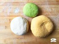 【向日葵面点】,三个彩色面团的制作:  a、南瓜面团:取面粉放入南瓜泥和酵母,分次加入牛奶,用筷子顺着一个方向搅拌成面絮,然后揉成团,盖上保鲜膜发酵至2倍大。  b、菠菜面团:取面粉加入酵母,分次倒入菠菜汁,揉成面团放上保鲜膜发酵至2倍大。  c、白色面团:同样,取面粉加入酵母,分次倒入牛奶,揉成面团后盖上保鲜膜发酵至2倍大。